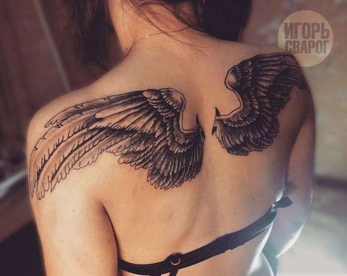 tattoo engelsflügel, frau mit schwarz grauer tätoiwerung, rücken tätowieren lassen