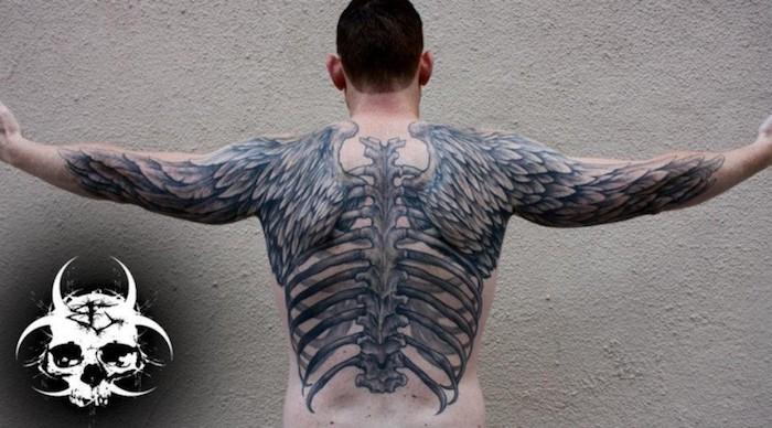 tattoo engelsflügel mit knöcheln, tätowoeirung an dem ganzen rücken, wirbelsäule