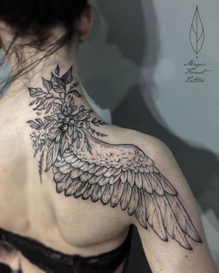 tattoo flügel in kombination mit zweigen mit blättern und kleinen beeren, schulter tätowieren
