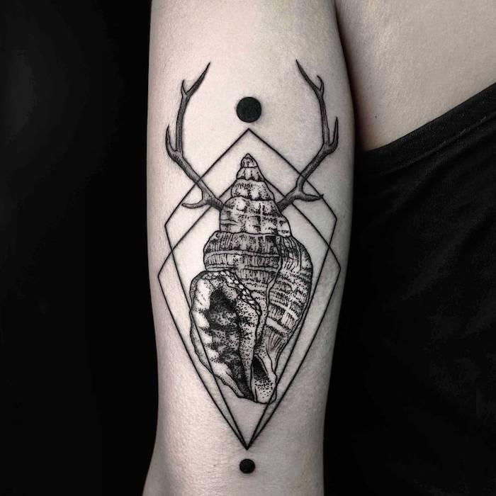 rapana venosa tattoo mit schwarzen sonnen und mit geometrischen formen, ein geometrisches tattoo mit einem hirsch mit zwei hörnern