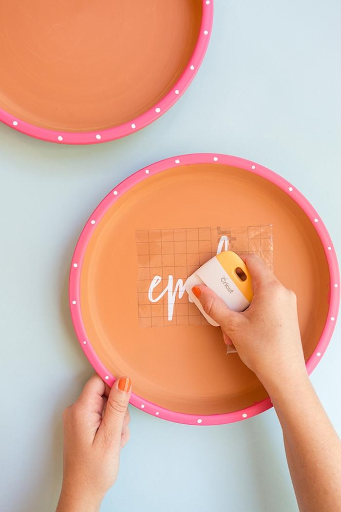Weiße Aufschrift aus Terracotta Teller kleben, kreative DIY Idee für Tischdekoration
