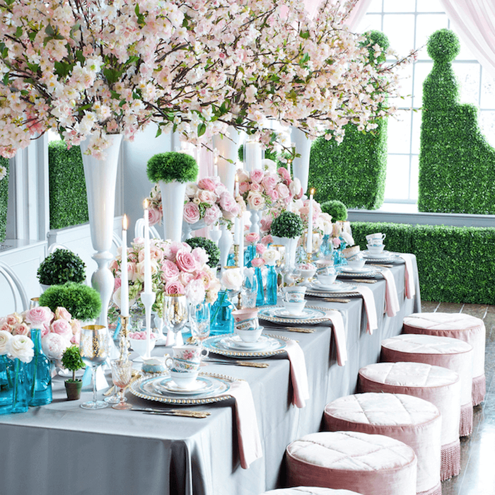 tischdeko für hochzeit in rosa, blau und grün, blaue vasen, graue tischdecke, runde hocker