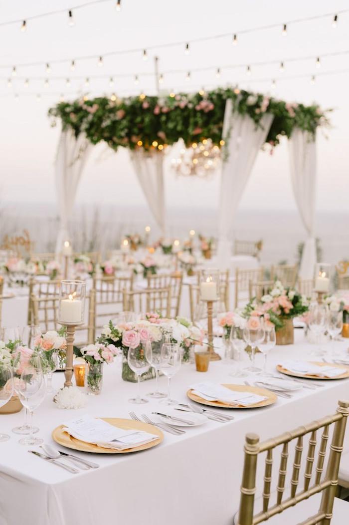 tischdeko für hochzeit im rustikalen stil, heiraten im garten, viele lichterketten, goldene teller