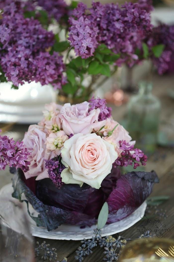 tischdeko für hochzeit, hochzeitstheme lila, kleines blumengesteck mit rosen