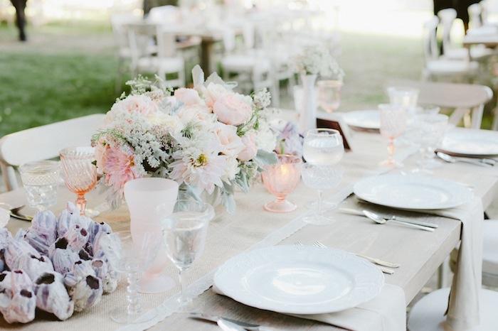 tischdeko für hochzeit, rosa weingläser, romantische deko, heiraten im garten, boho chic