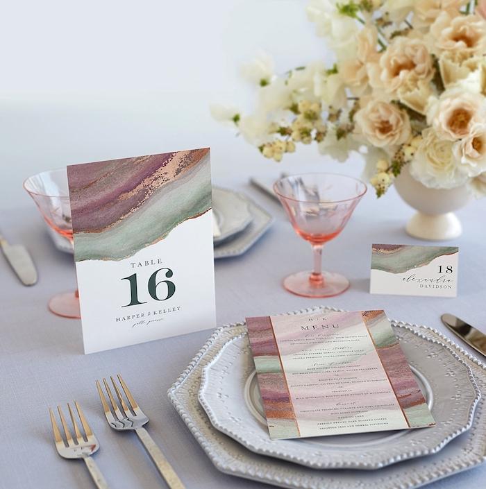 tischdeko für hochzeit, tischnummer und menu mit marmor muster, rosa gläser