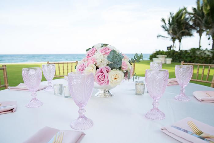 tischdeko günstig, rosa weingläser, kleines silbernes blumengesteck mit rosen, garten