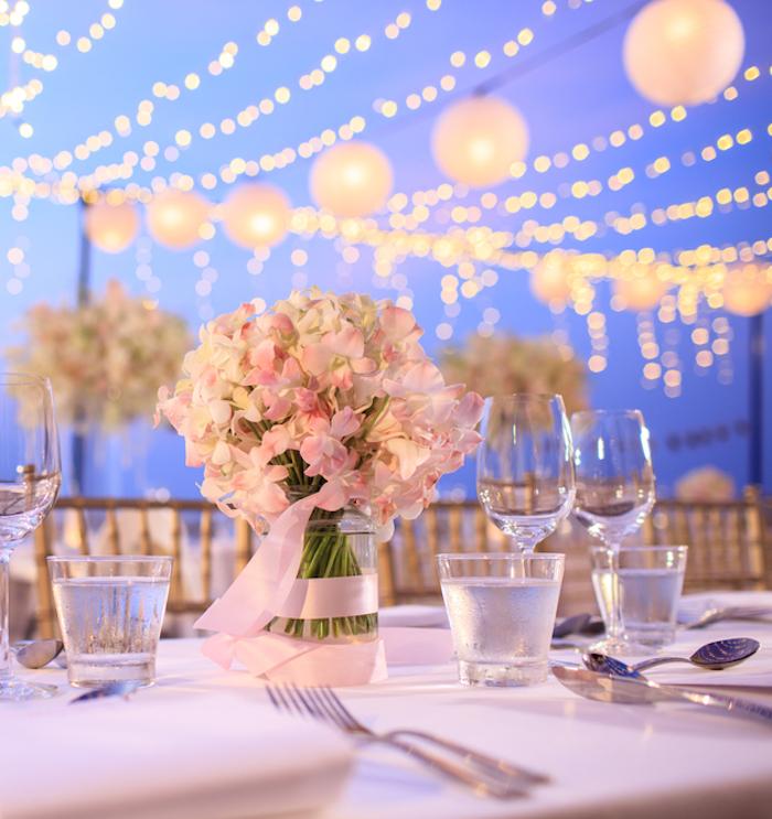 tischdeko günstig, viee lichterktten, glasvase einmachglas dekoriert mit rosa schleife, hortensien