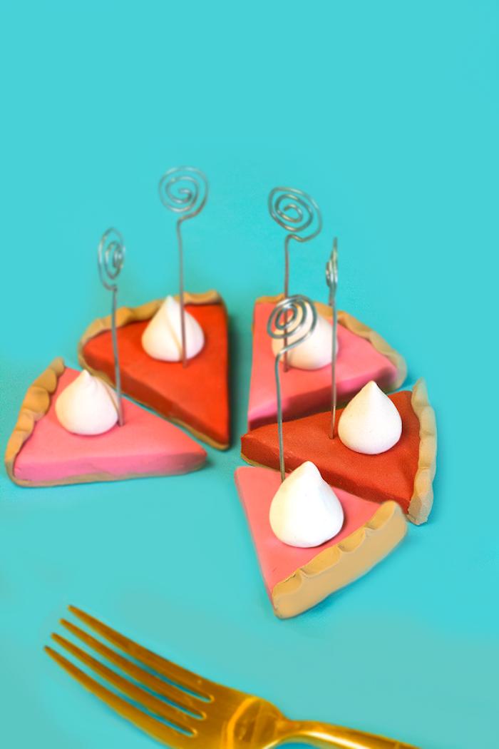 Tortenstücke aus Fimo selber basteln, Idee für DIY Kartenhalter, Tischdeko selber machen