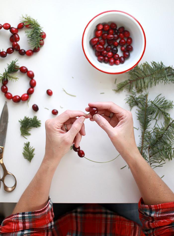 Kleinen Kranz mit Beeren und Tannenzweigen selber machen, Tischdeko für Weihnachtsparty