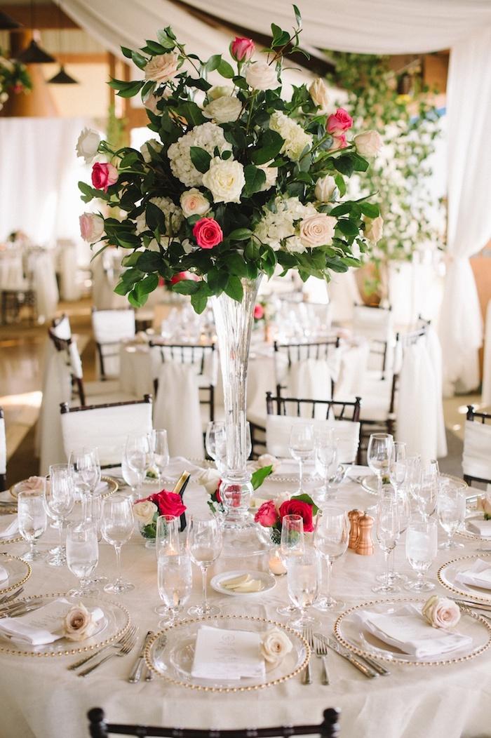 tischdeko hochzeit runde tische, großes blumengesteck aus glas, rote rosen