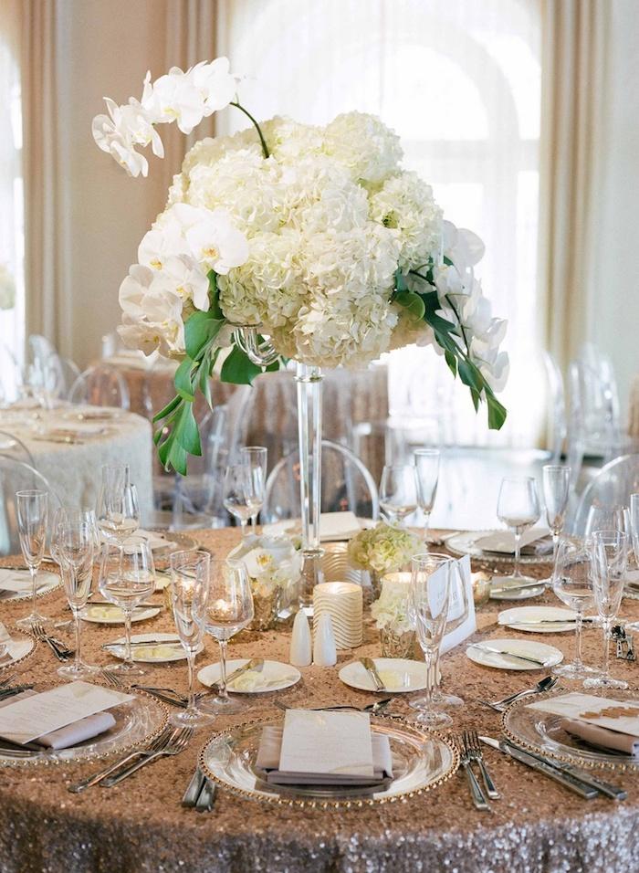 goldene tischdecke mit pailetten, weiße orchideen und hortensien, kerzen