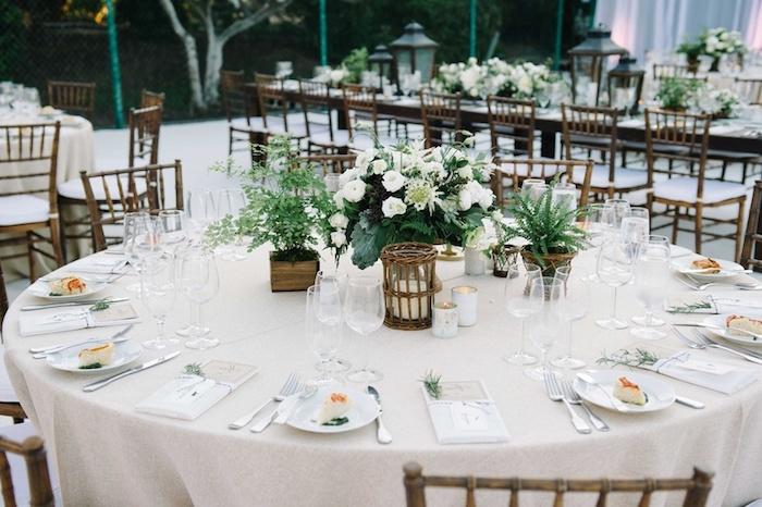 runder tisch, grüne pflanten, tischdeko hochzeit, heiraten im garten, teelichthalter