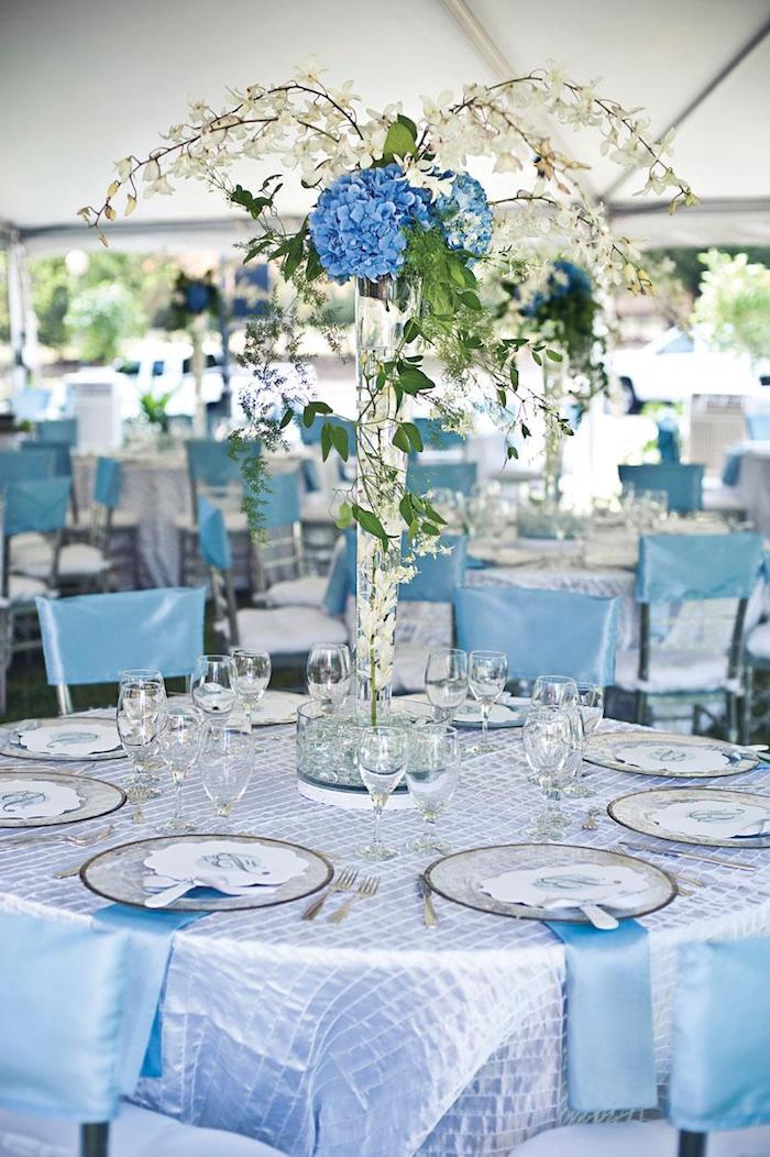 tischdeko hochzeit runde tische, hochzeitstheme blau und silbern, tischdecke aus satin