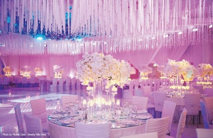 tischdeko hochzeit, hängende deko, runde tische, weiße stühle dekoriert mit stoff, beleuchtung