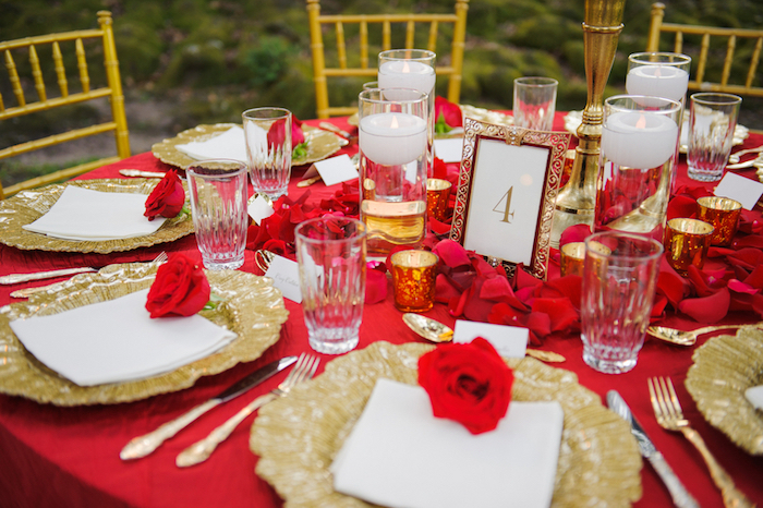 tischdeko hochzeit runde tische, rote tischdecke, tisch dekorieren, rose rosen, rosenblätter