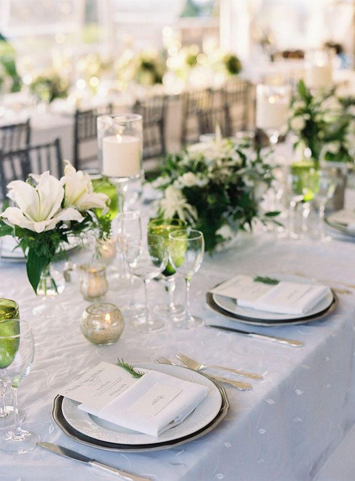 tischdeko hochzeit selber machen, graue tischdecke, weiße lilien, runde teelichthalter