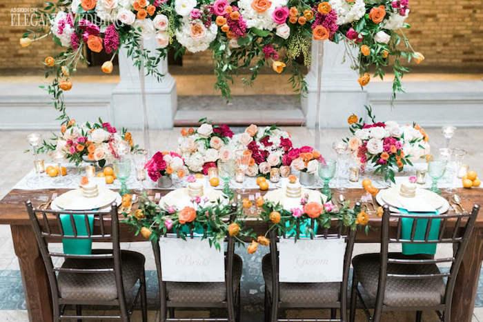 tischdeko hochzeit selber machen, tisch und stühle im rustikalem stil, bunte frühlingsblumen