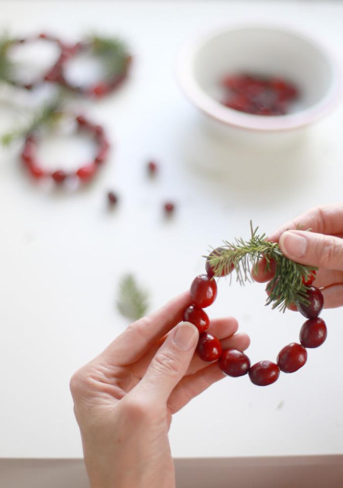 Kleiner Kranz mit Beeren und Tannenzweigen, Tischdeko für Weihnachtsparty selber machen