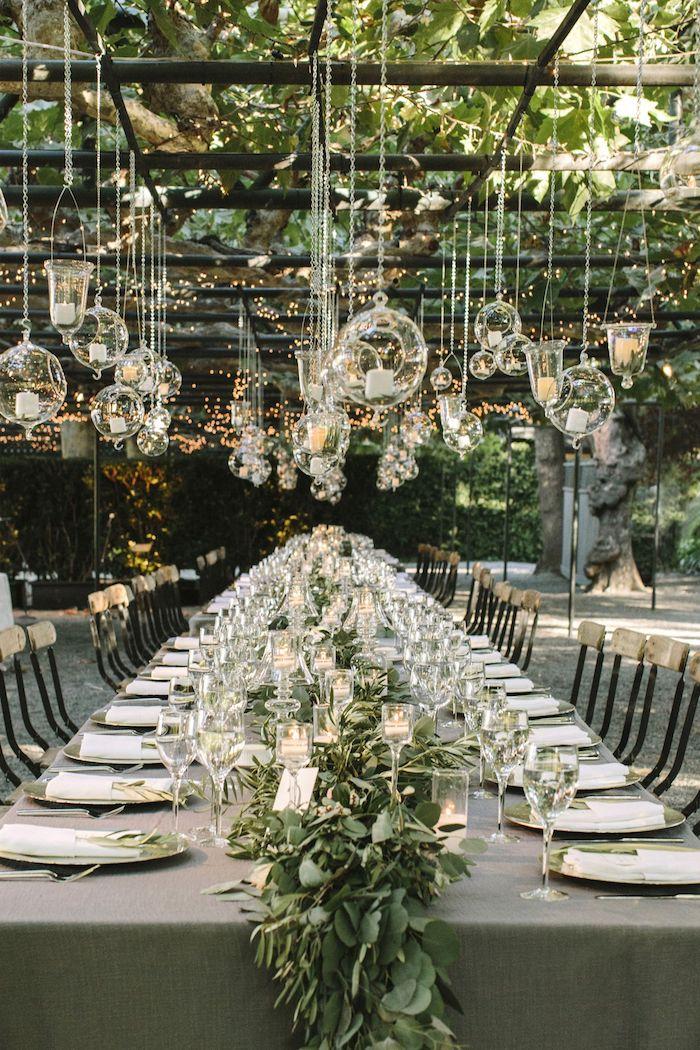 graue tischdecke, tischdeko selber machen, hängende runde teelichthalter, heirsten im garten