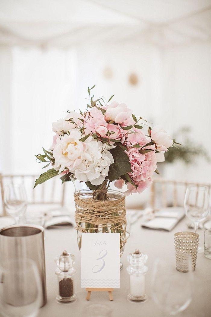 tischdeko selber machen, glasvase dekoriert mit leinenschnur, weiße und rosa blumen