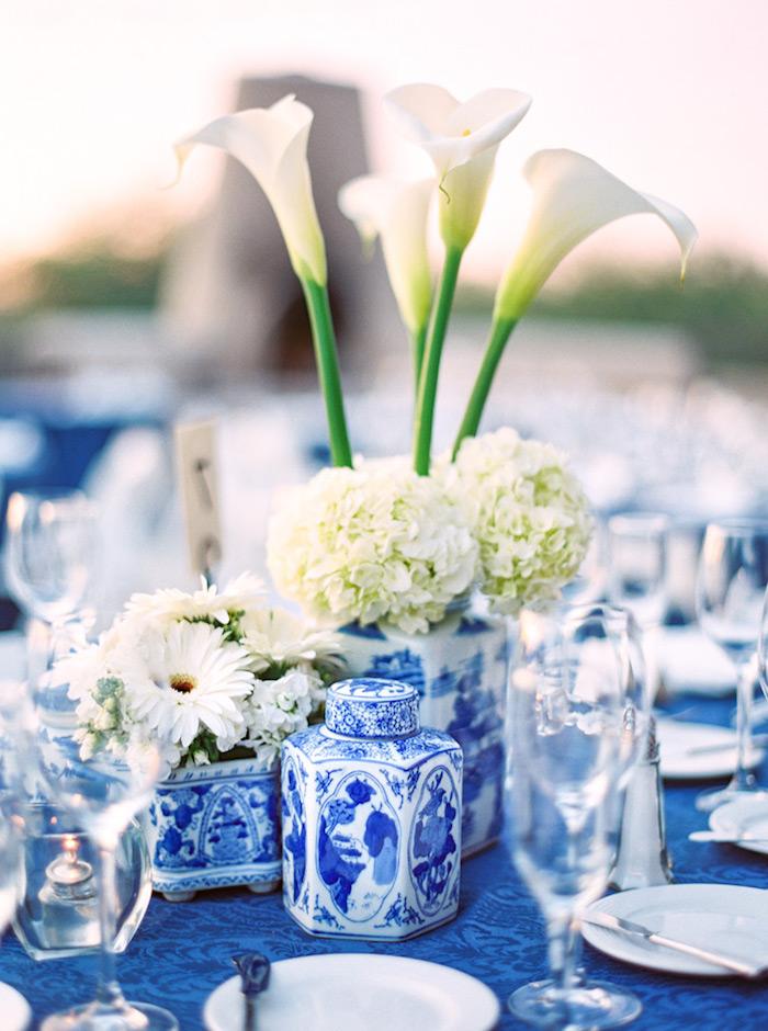 tischdeko selber machen, wieße callas und hortensien, vasen aus porzellan