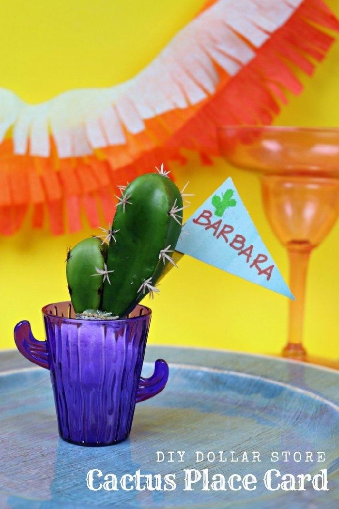 Kaktus in kleinem Blumentopf, Schildchen mit den Namen der Hochzeitsgäste