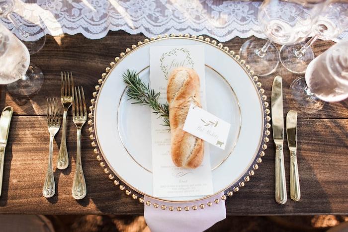 Schöne Ideen für Tischdeko, Anhänger mit den Namen der Gäste und kleine Tannenzweige