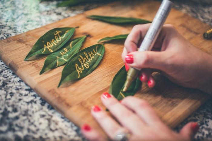 Kreative Idee für Platzkarten, Blätter mit gelbem Filzstift beschriften, DIY Tischdeko für Hochzeit