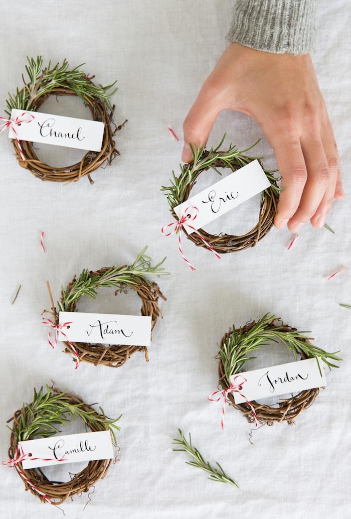 Kleine Kränze aus Tannenzweigen, Anhänger mit Faden befestigt, kreative DIY Idee für TIschkarten