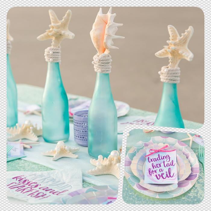 Maritime Deko für sommerliche Hochzeit, blaue Flaschen mit Seesternen und Trompetenmuscheln