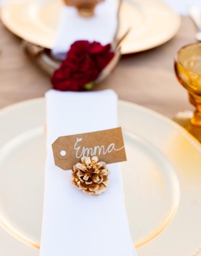 Zapfen besprüht mit goldenem Spray, DIY Kartenhalter, kleiner Zettel mit dem Namen jedes Hochzeitsgastes
