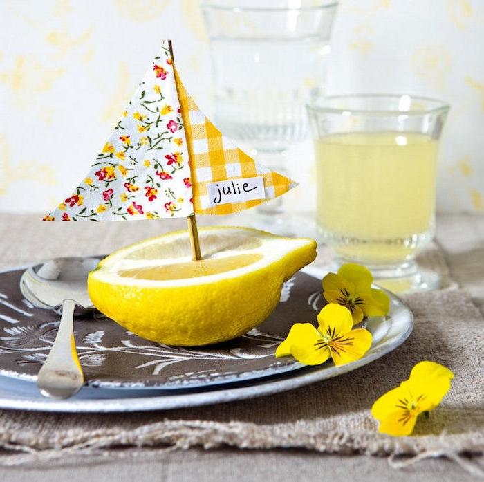Kleines Boot aus Zitrone, Stäbchen und buntem Stoff, kreative Idee für DIY Tischkarte
