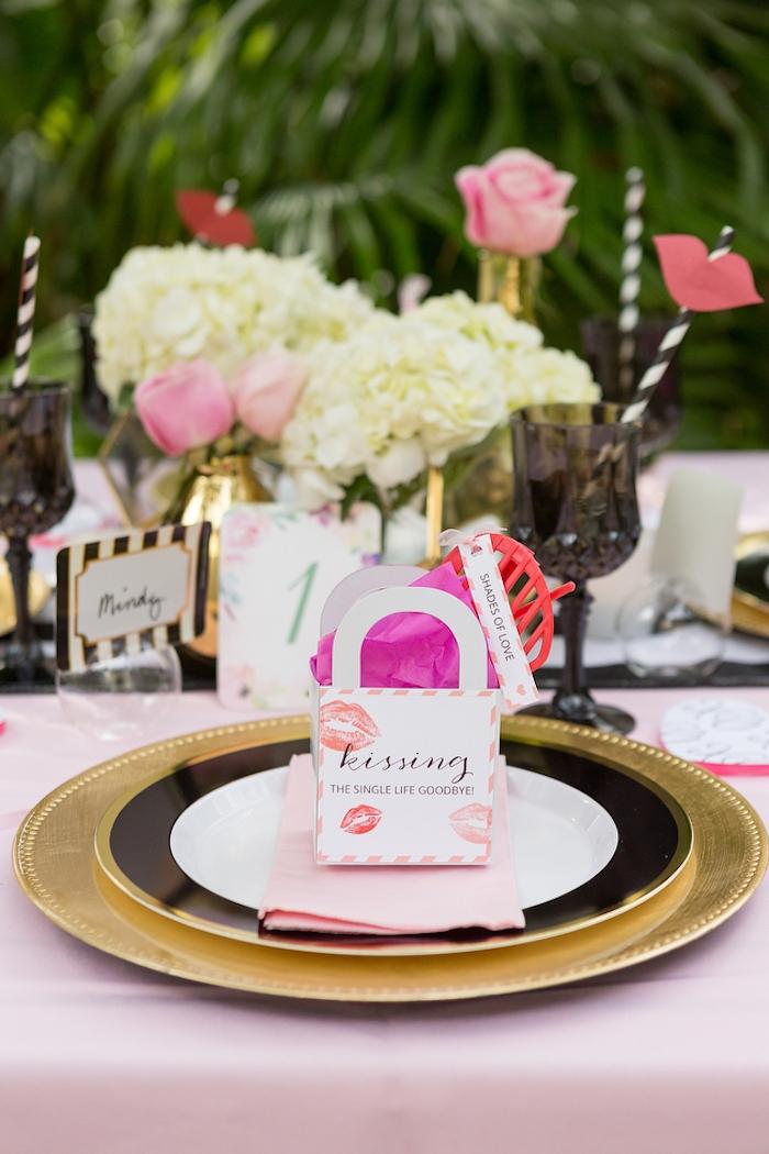 Kleine Tüten mit Geschenken für die Hochzeitsgäste, rosafarbene Rosen und weiße Hortensien