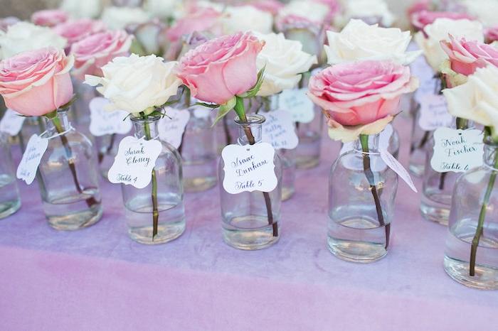 Anhänger an kleinen schlichten Vasen befestigen, weiße und rosafarbene Rosen