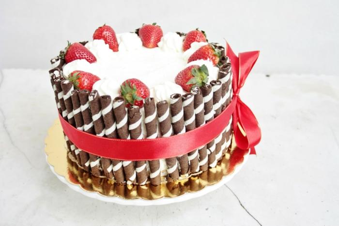 Süßigkeitentorte mit weißer Creme, Erdbeeren und Riegel, einfache Kuchenrezepte