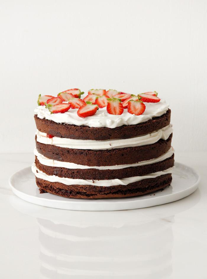 Vierstöckige Torte mit Sahne und frischen Erdbeeren selber machen, Kakao-Boden backen