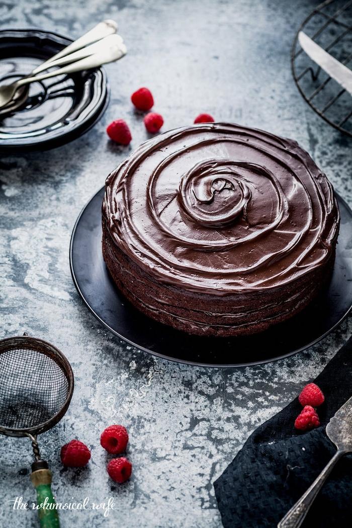 Geburtstagstorte mit Schokoladenglasur selber machen, mit frischen Himbeeren dekorieren