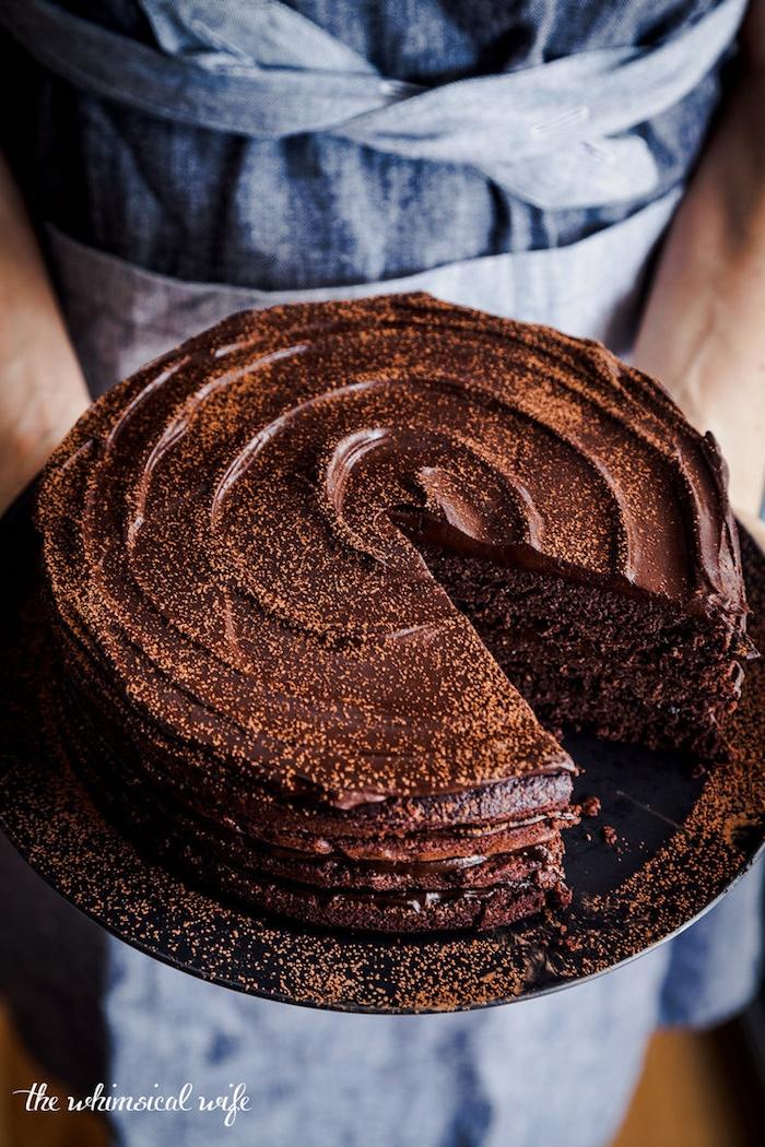 Leckere Torte mit Schokoladenglasur, leichte Rezepte für Nachtische für besondere Anlässe