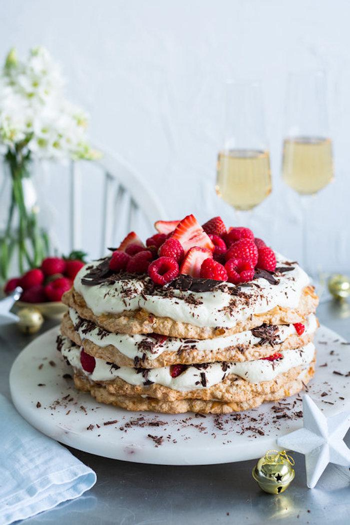 Leichte und leckere Torte für den Sommer, mit Vanillecreme, frischen Früchten und Schokoladenstreuseln