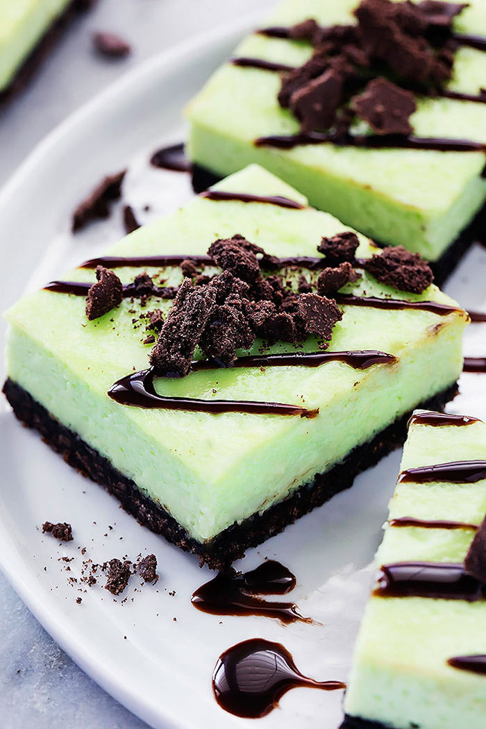 torten ohne backen mit keksboden, stücke kuchen mit schokolade und creme mit pfefferminze