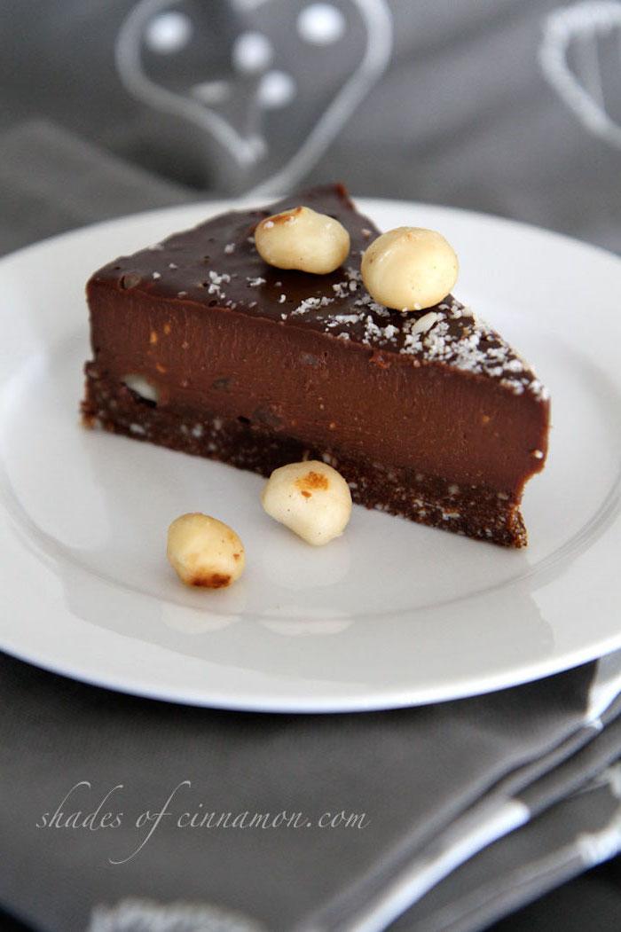 torten ohne backen mit keksboden, teller mit stück kuchen, schokoladenglasur, kokos