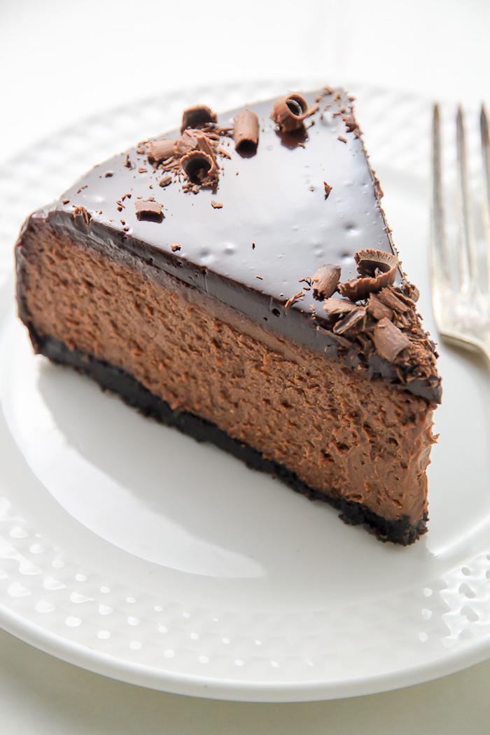 torten ohne backen mit kesenboden, weißer teller, stück torte mit schokolade