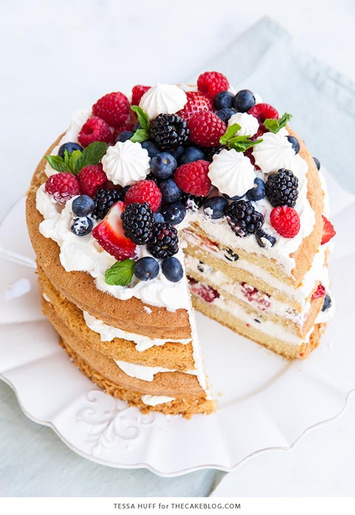 Vierstöckige Torte mit Sahne und frischen Beeren, Rezept für einfache fruchtige Torte