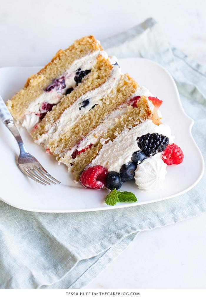 Rezept für leckere und leichte fruchtige Torte, vierstöckige Torte mit Sahne und frischen Beeren