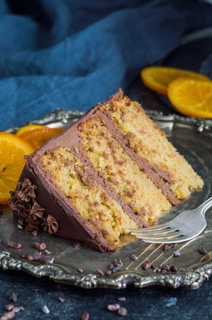 Dreistöckige Torte mit Schokoladenglasur und Schokoladencreme, dekoriert mit Orangenscheiben