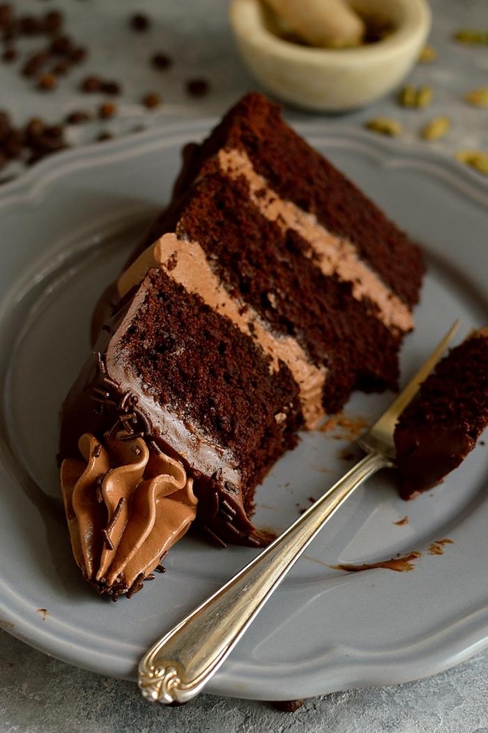 Schokoladentorte selber backen und mit Glasur dekorieren, Idee für Geburtstagstorte