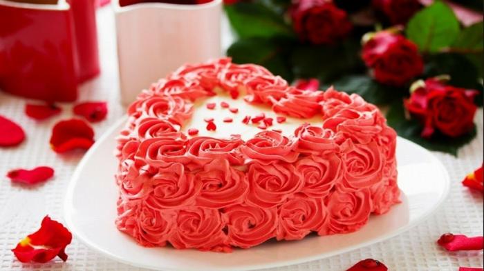 eine herzförmige Torte mit rosa Creme in einem weißen Teller, einfache Kuchenrezepte