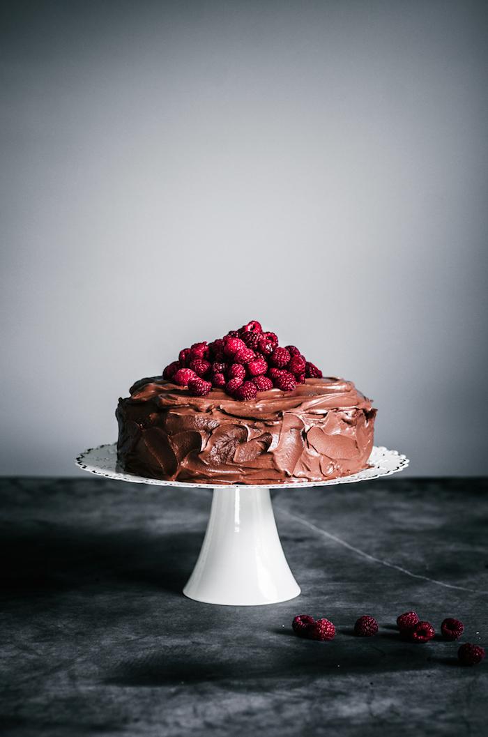 Rezept für vegane Torte mit Schokoladenglasur und frischen Himbeeren