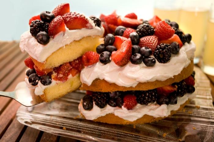 einfache Kuchenrezepte, leckerer Kuchen mit Heidelbeeren, Himbeeren und Erdbeere in Vanillie Creme